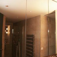 Spiegelschrank in einem Badezimmer
